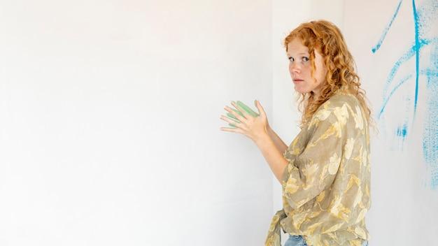 Mulher de lado médio pintura na parede