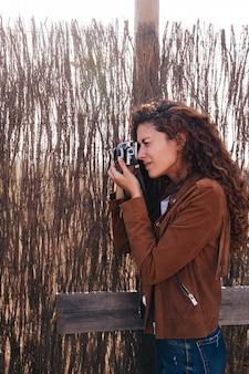 Mulher de lado tirando fotos