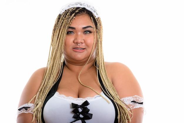 Mulher de limpeza asiática feliz, sorrindo enquanto usa uma fantasia sexy de empregada