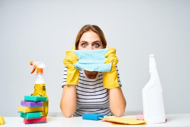 Mulher de limpeza materiais de limpeza prestação de serviços