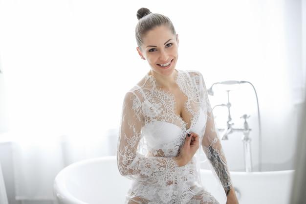 Mulher de lingerie branca