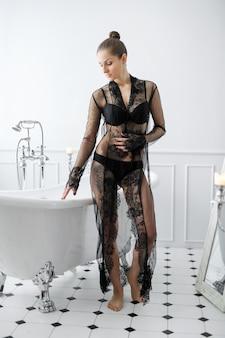 Mulher de lingerie preta