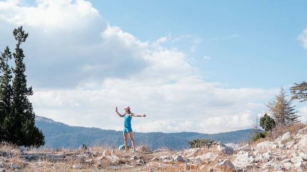 Mulher de longo alcance posando na natureza