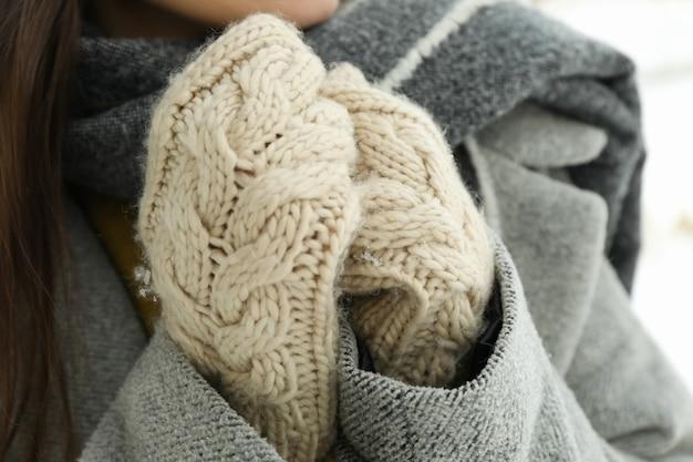 Mulher de luvas ao ar livre no inverno, close-up