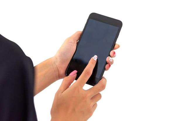 Mulher de mão segurando o telefone inteligente em fundo branco.