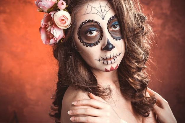 Mulher de maquiagem de halloween de santa muerte