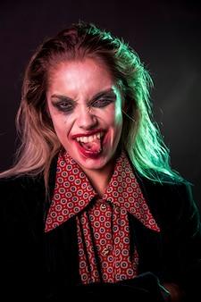 Mulher de maquiagem enfiar a língua de fora