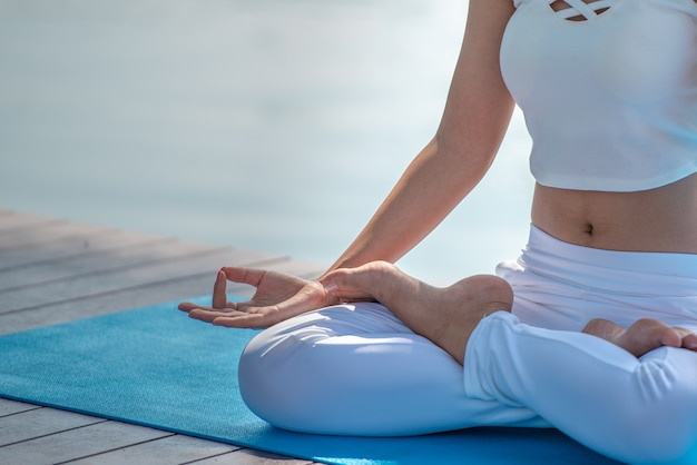 Mulher de meditação com pose de lótus, close-up.