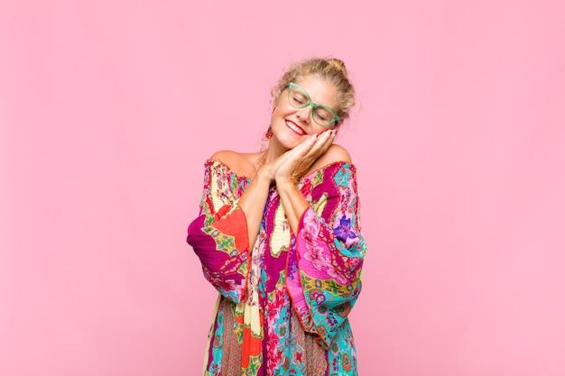 Mulher de meia-idade apaixonada e bonita, adorável e feliz, sorrindo romanticamente com as mãos ao lado do rosto