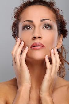 Mulher de meia idade bonita com maquiagem
