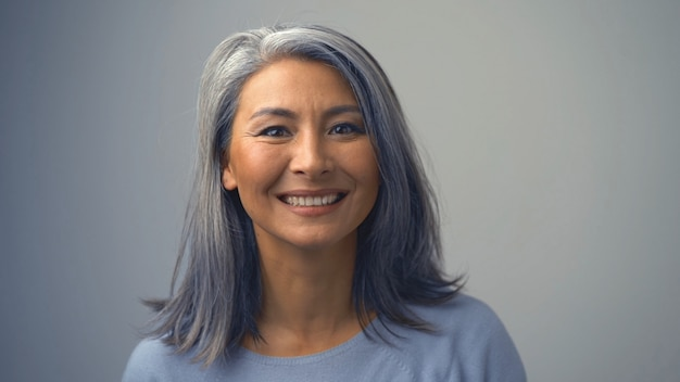 Mulher de meia idade bonita está sorrindo alegremente