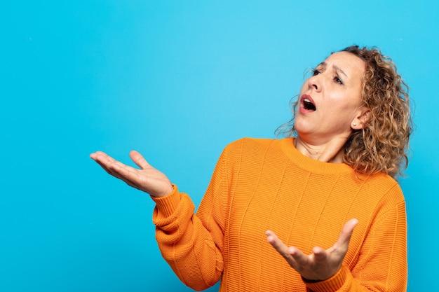 Mulher de meia-idade cantando ópera ou cantando em um show ou show, sentindo-se romântica, artística e apaixonada