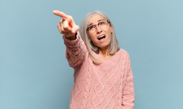 Mulher de meia-idade chocada e surpresa