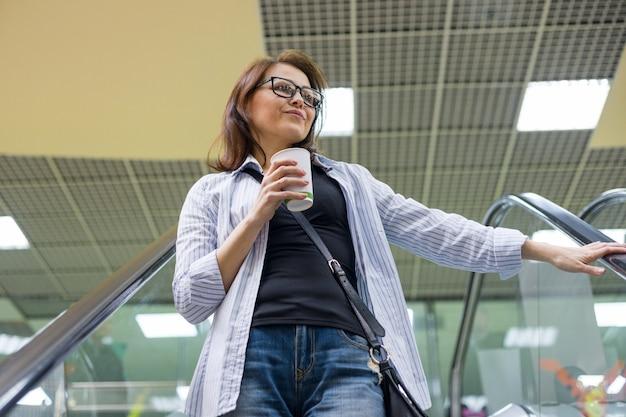 Mulher de meia idade com café