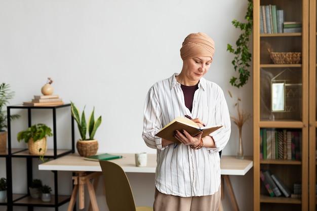 Mulher de meia-idade com câncer de pele passando um tempo em casa