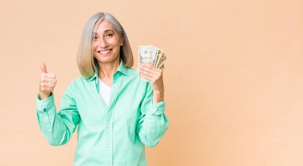 Mulher de meia idade com notas de dólar na parede do espaço de cópia
