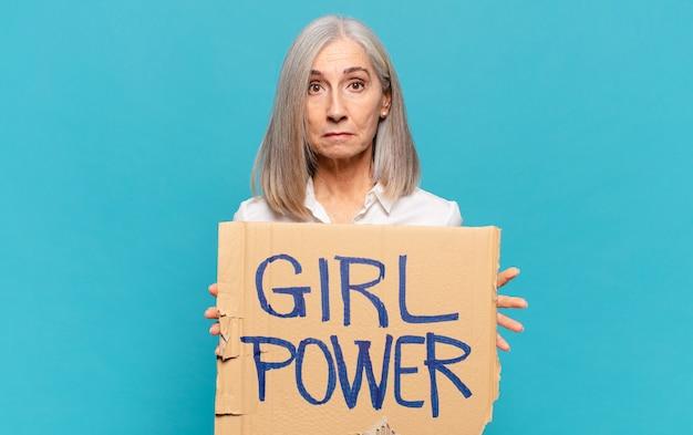 Mulher de meia-idade com placa de energia feminina