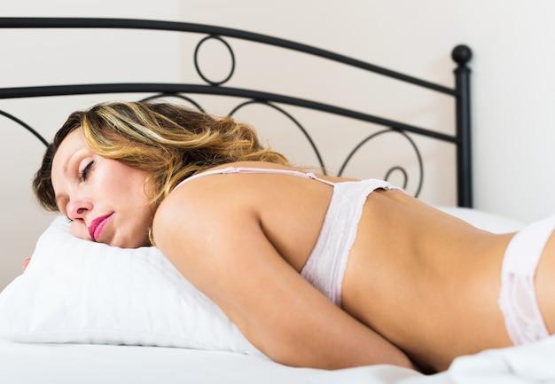 Mulher de meia idade dormindo em cueca