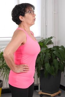 Mulher de meia idade fazendo exercícios de fitness