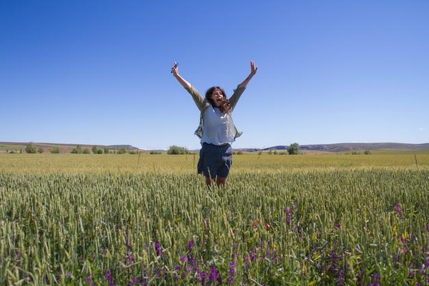 Mulher de meia idade feliz por encontrar o topo sucesso e segurança natureza