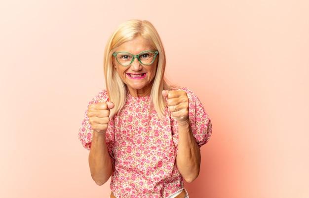 Mulher de meia-idade gritando agressivamente com isolamento irritado e frustrado
