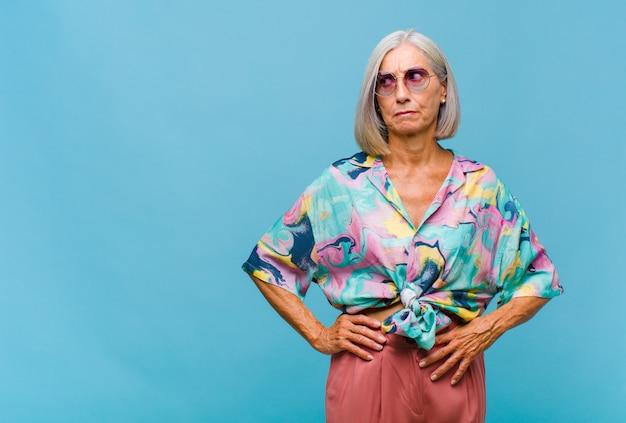 Mulher de meia-idade legal, parecendo perplexa e confusa, pensando ou tentando resolver um problema ou pensamento