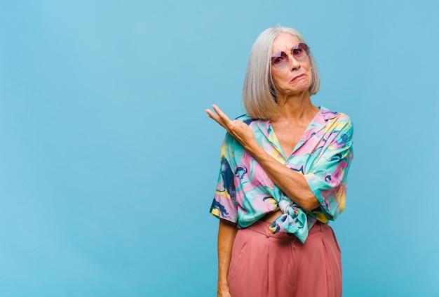 Mulher de meia-idade legal se sentindo confusa e sem noção, imaginando uma explicação ou pensamento duvidoso
