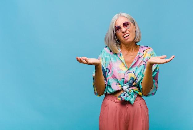 Mulher de meia-idade legal se sentindo sem noção e confusa, sem saber qual escolha ou opção escolher, se perguntando