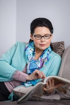 Mulher de meia-idade lendo revista