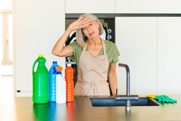 Mulher de meia-idade parecendo estressada, cansada e frustrada, secando o suor da testa, sentindo-se desesperada e exausta