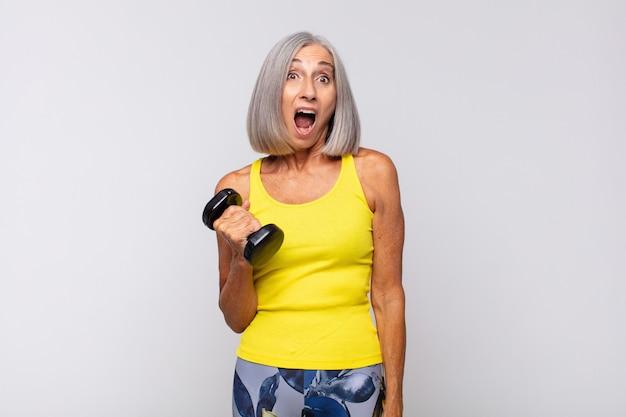 Mulher de meia idade parecendo muito chocada ou surpresa, olhando com a boca aberta