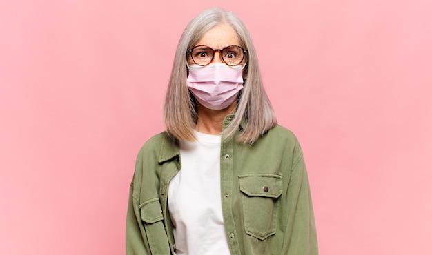 Mulher de meia-idade parecendo perplexa e confusa, mordendo o lábio com um gesto nervoso, sem saber a resposta para o problema