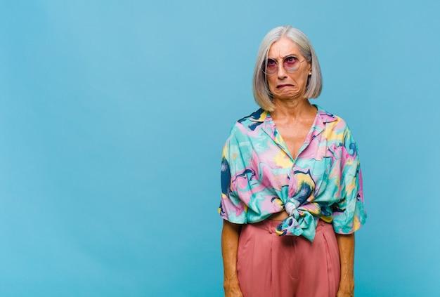 Mulher de meia idade parecendo preocupada, estressada, ansiosa e assustada
