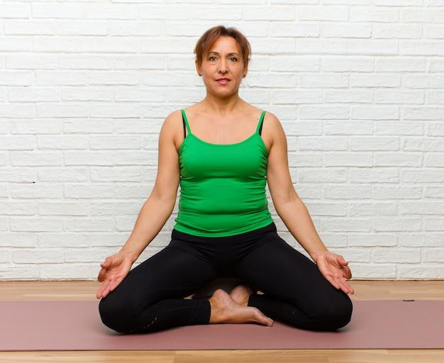 Mulher de meia idade praticando ioga