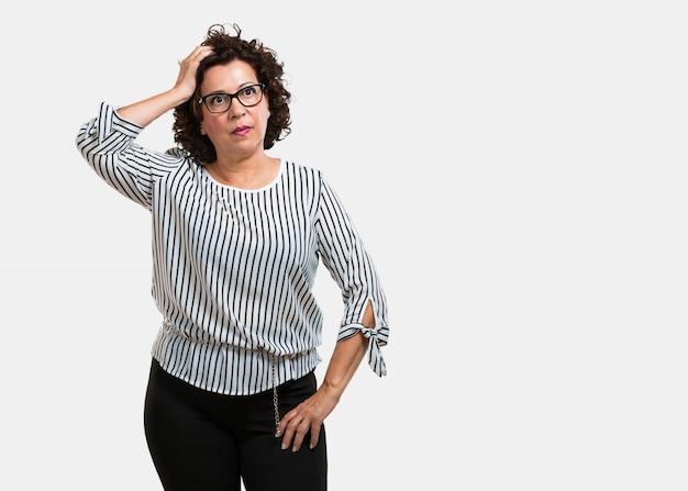 Mulher de meia idade preocupada e oprimida, esquecida