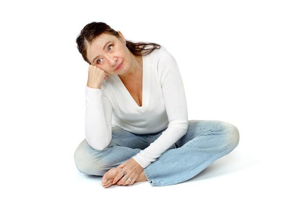 Mulher de meia idade que pensa isolado