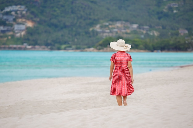 Mulher de meia idade relaxante na praia de chaweng em koh samui, tailândia.
