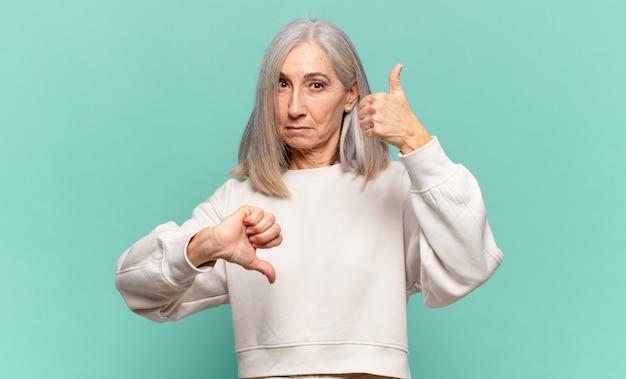 Mulher de meia-idade se sentindo confusa, sem noção e insegura, pesando o que é bom e o que é ruim em diferentes opções ou escolhas