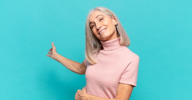 Mulher de meia idade se sentindo feliz e alegre