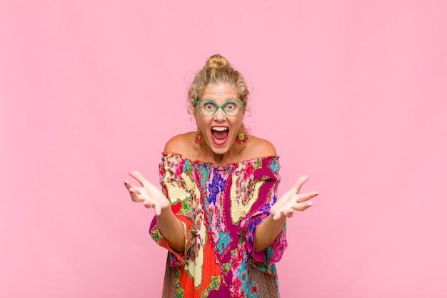 Mulher de meia idade se sentindo feliz, surpresa, sortuda e surpresa, gosta de dizer omg sério? inacreditável