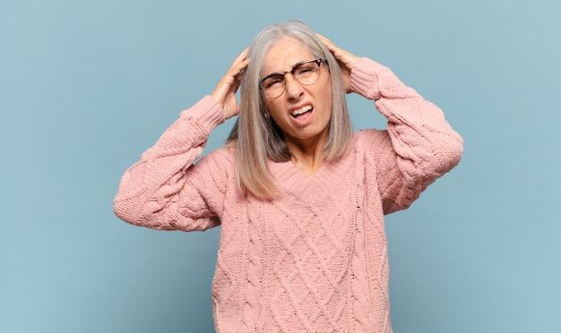 Mulher de meia-idade se sentindo frustrada e irritada, cansada e cansada de fracassar, farta de tarefas enfadonhas