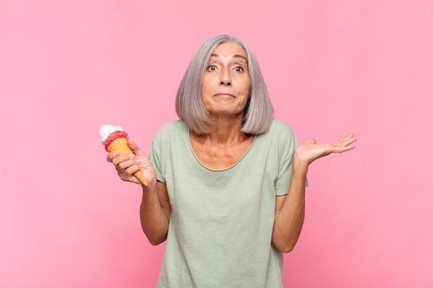 Mulher de meia idade se sentindo perplexa e confusa, duvidando do isolamento