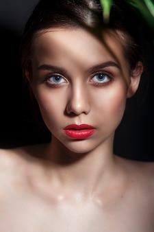 Mulher de modelo de beleza com maquiagem perfeita e lábios vermelhos