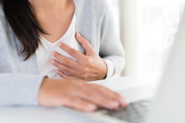 Mulher de negócio do close up que tem o cardíaco de ataque. síndrome de escritório