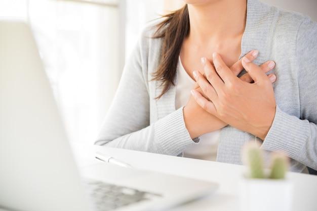 Mulher de negócio do close up que tem o cardíaco de ataque.