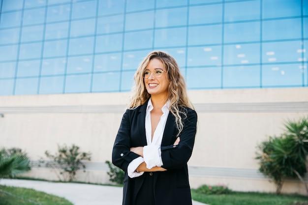 Mulher de negócio elegante na frente do edifício de vidro