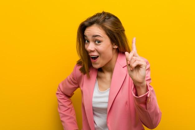 Mulher de negócio nova da forma que tem uma ideia, conceito da inspiração.