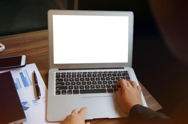 Mulher de negócio que trabalha no laptop com a tela em branco mock up. conceito de tecnologia