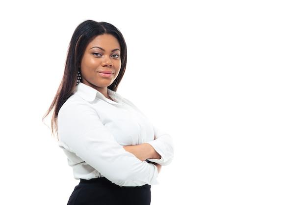 Mulher de negócios africana em pé com os braços cruzados