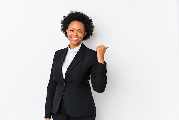 Mulher de negócios afro-americana com idade média contra um branco pontos isolados com o dedo polegar de distância, rindo e despreocupada.